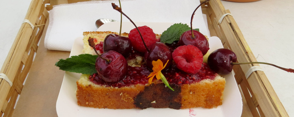 Prenez deux tranches de cake très fondant au citron, ajoutez du coulis de framboise, des cerises, de la menthe fraiche, des framboises et une fleur comestible, vous obtenez un résultat simple et gourmand.