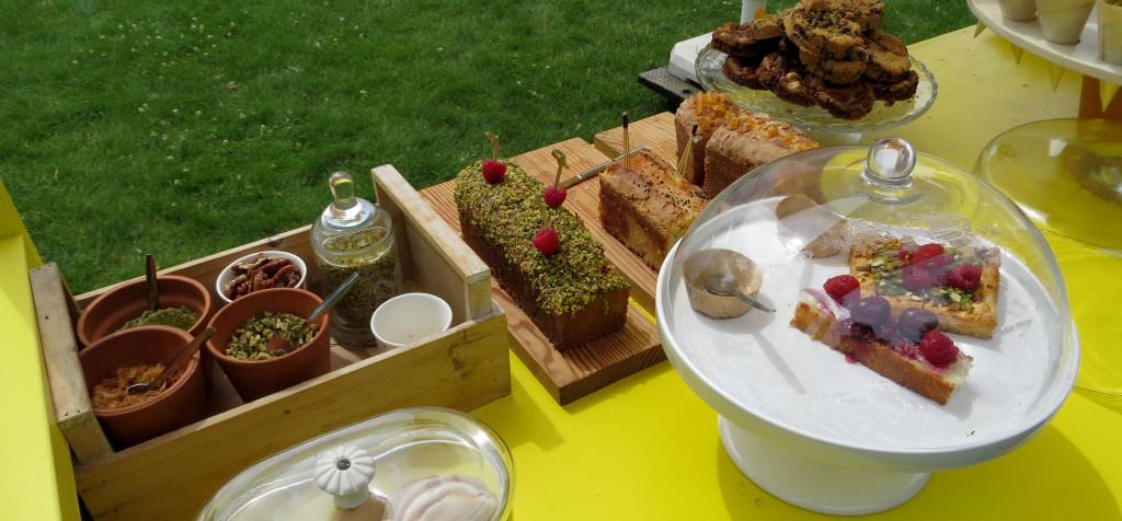 Cakes et tartes constituent l'offre sucrée, comme au marché.