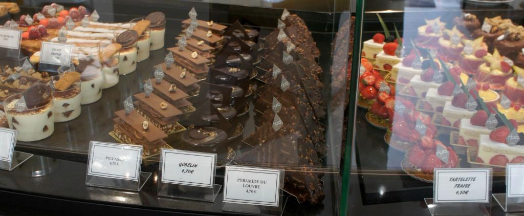 Ce n'est pas tous les jours que vous verrez cela : des Pyramides du Louvre en pâtisserie, c'est... charmant.