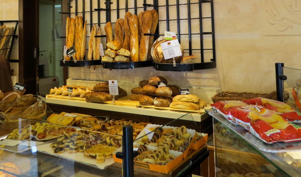 Le rayon traiteur et quelques pains chez Estaëlle Joinville
