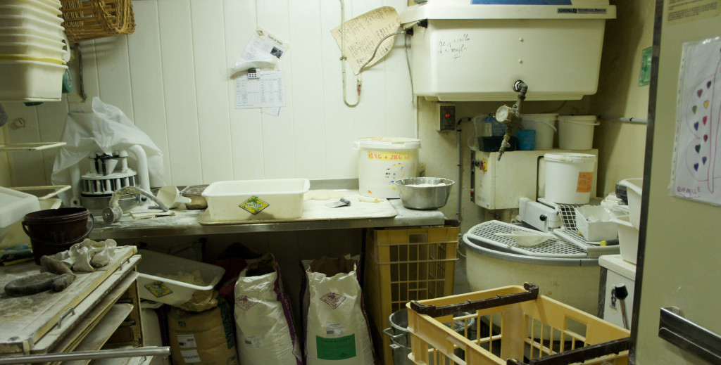 Le fournil de la boulangerie Raphaëlle est très parisien : situé au sous-sol, il est exigu et la température y monte rapidement.