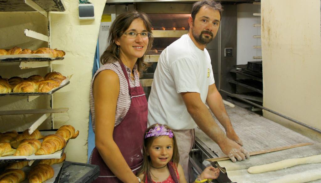 La famille Hayertz, réunie au sein du fournil de sa boulangerie.