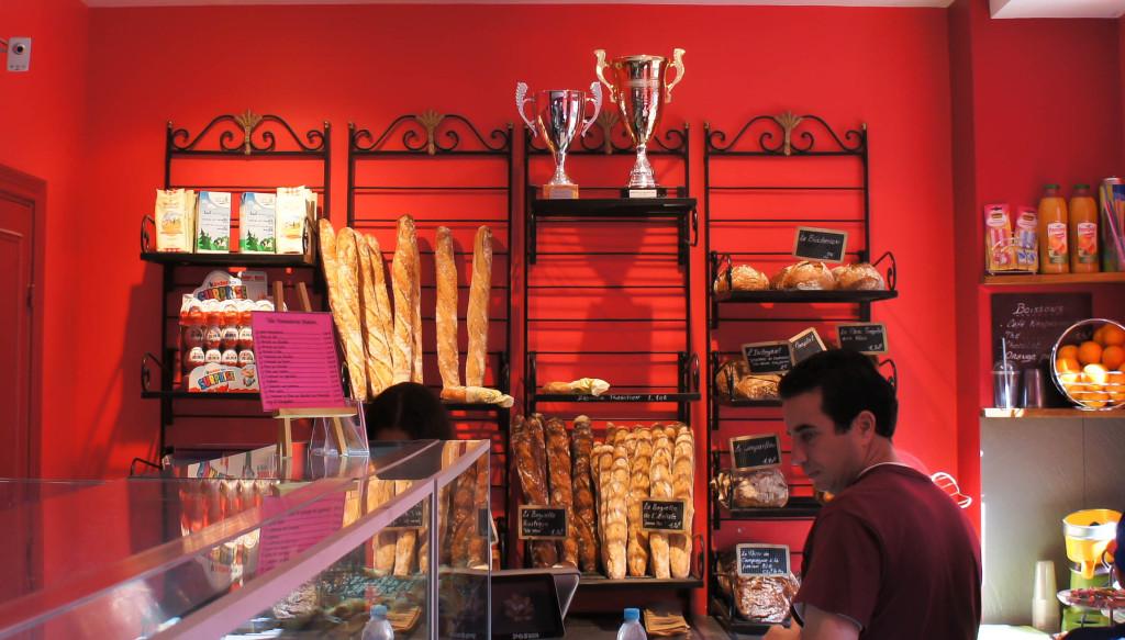 Rénovée l'an passé, la boutique affiche des tons vifs et accueillants.