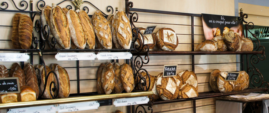 Afin d'accueillir les nouvelles propositions de Jorge, l'étagère à pains a été élargie sur la droite. Kamut, boule et baguette de Meule, ... Cuissons et façonnages sont au rendez-vous.