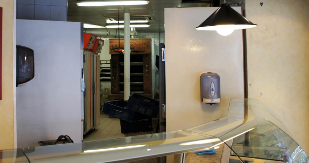 Cette partie de laboratoire, visible depuis la boutique, sera entièrement réaménagée et réduite pour accueillir un espace salon de thé.