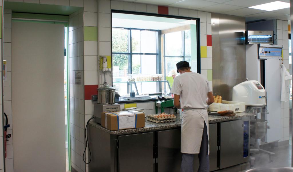 Le laboratoire, visible directement depuis les espaces de vente, accueille des professionnels rigoureux et impliqués.