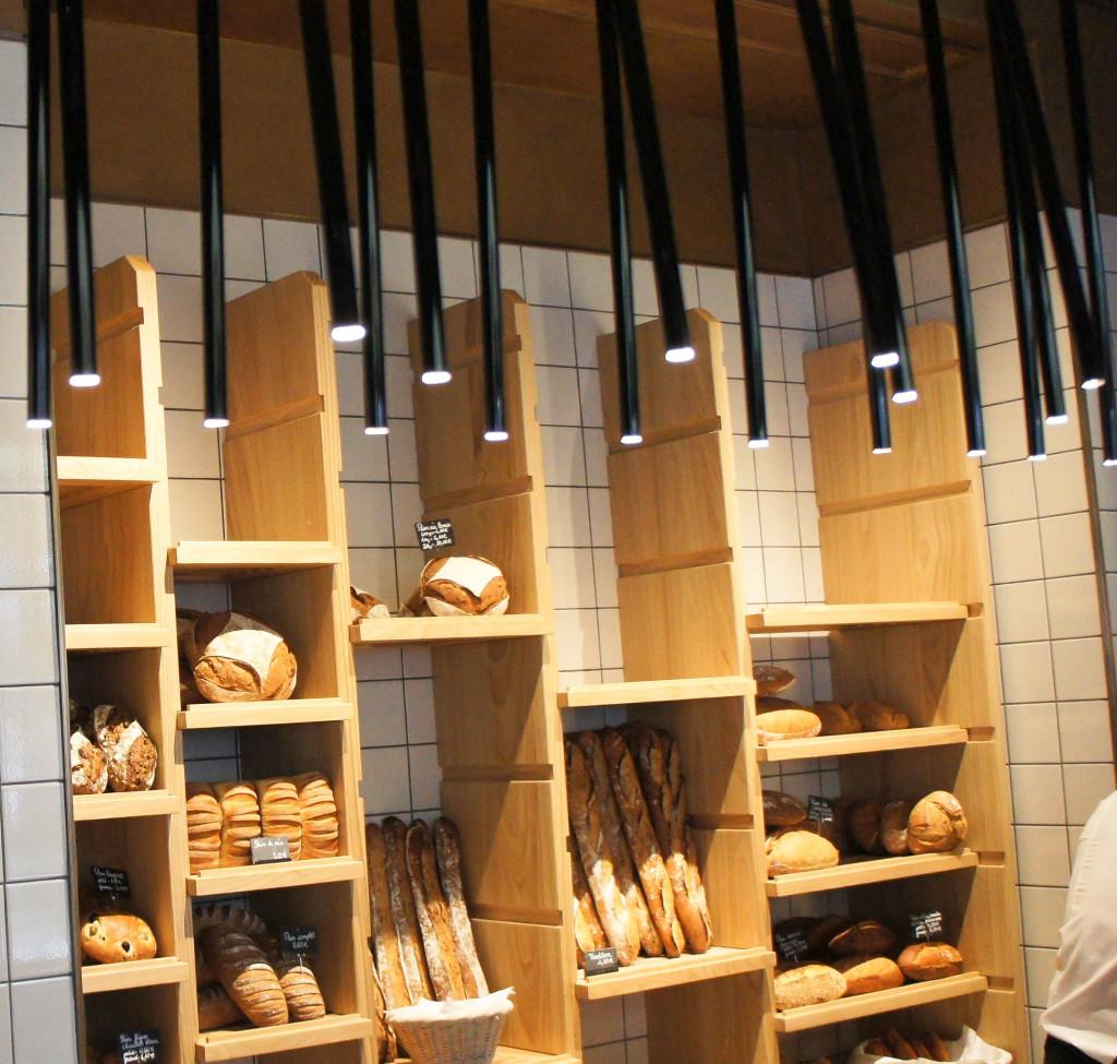 Le mur à pains... et le surprenant éclairage, une sorte de mur de roseaux.