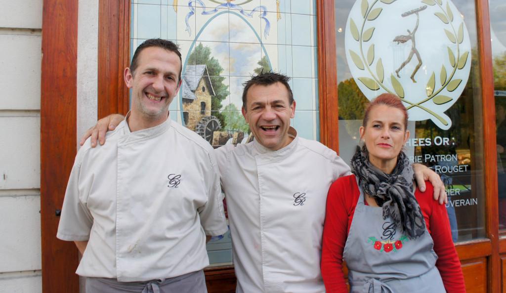 La boulangerie Rouget, c'est l'histoire d'une famille et d'une fière équipe. David, Christophe et Sylvie se sont arrêtés deux minutes, le temps d'un cliché... avant de retourner dans l'activité bouillonnante de la boutique et des laboratoires.