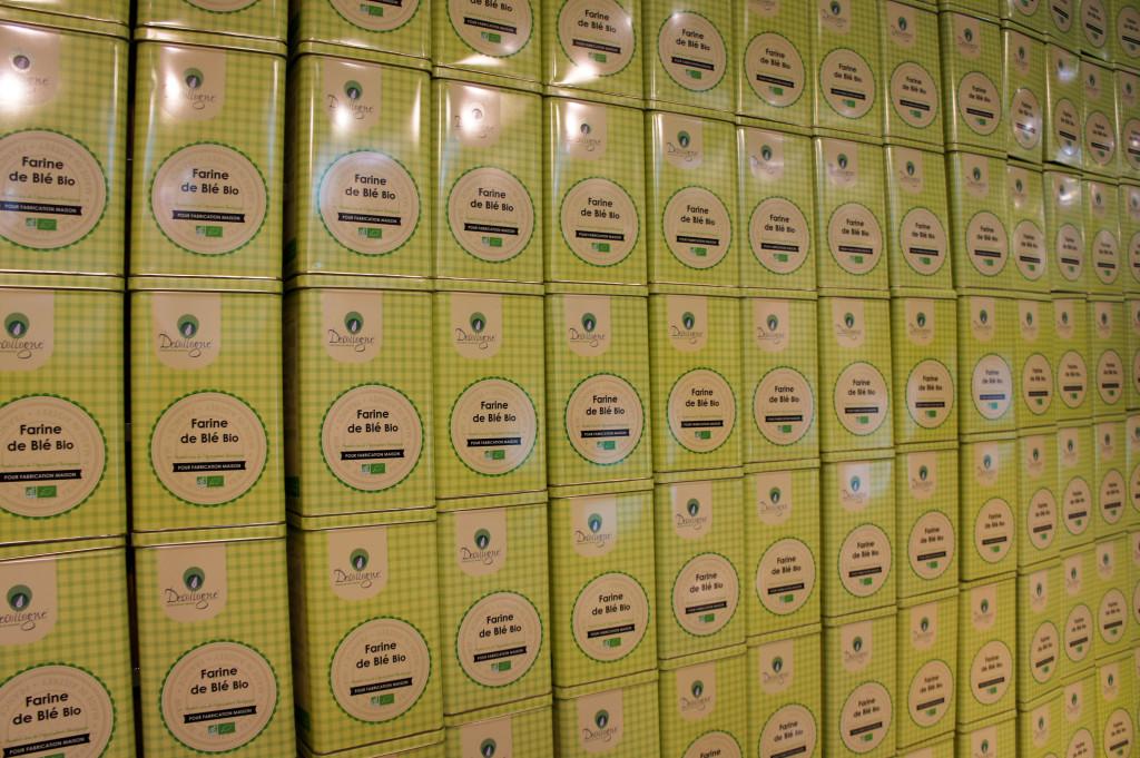 Sur le stand Decollogne, un véritable mur de boites en métal avait été dressé. Ce bel objet est destiné à être vendu en moyenne et grande surface.
