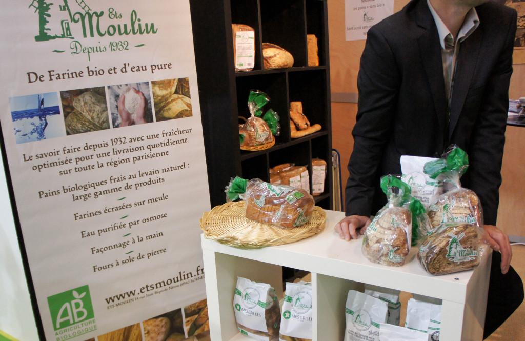 Le stand des Ets. Moulin, avec pains tranchés, grillés et farines.