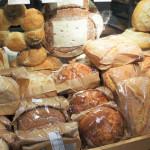 Sitôt cuits, sitôt emballés. Les pains attendent sagement dans leurs élégants sachets plastique...