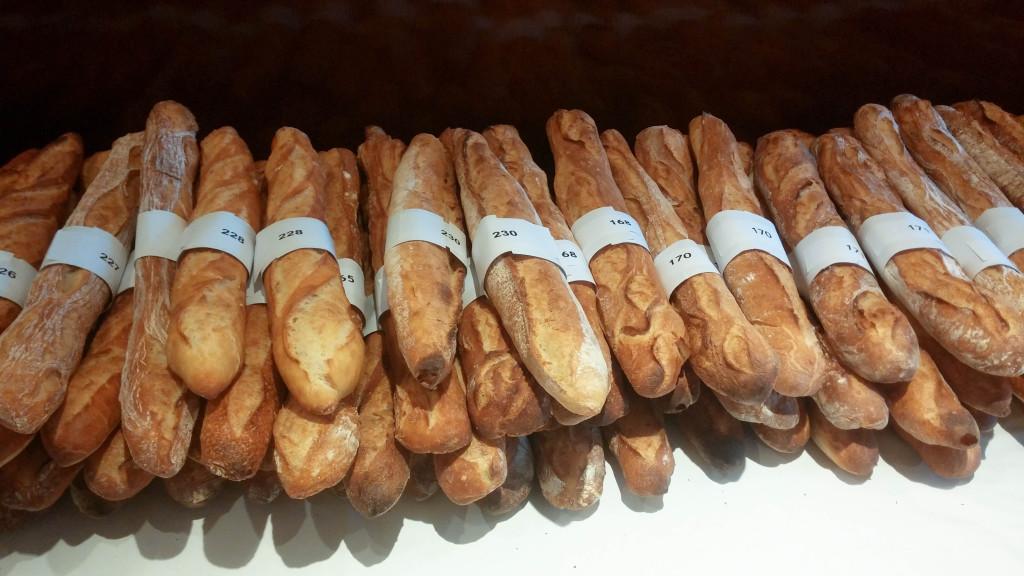La pile des baguettes rejetées : taille ou poids, elles ne correspondaient pas aux règles fixées par le règlement.