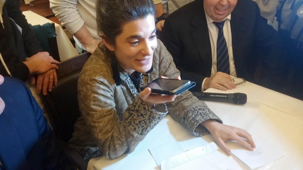 Olivia Polski - adjointe à la Maire de Paris chargée du commerce de l'artisanat, des professions libérales et indépendantes - appelle devant Djibril Bodian pour lui annoncer sa victoire. Les journalistes partent dans le 18è arrondissement...