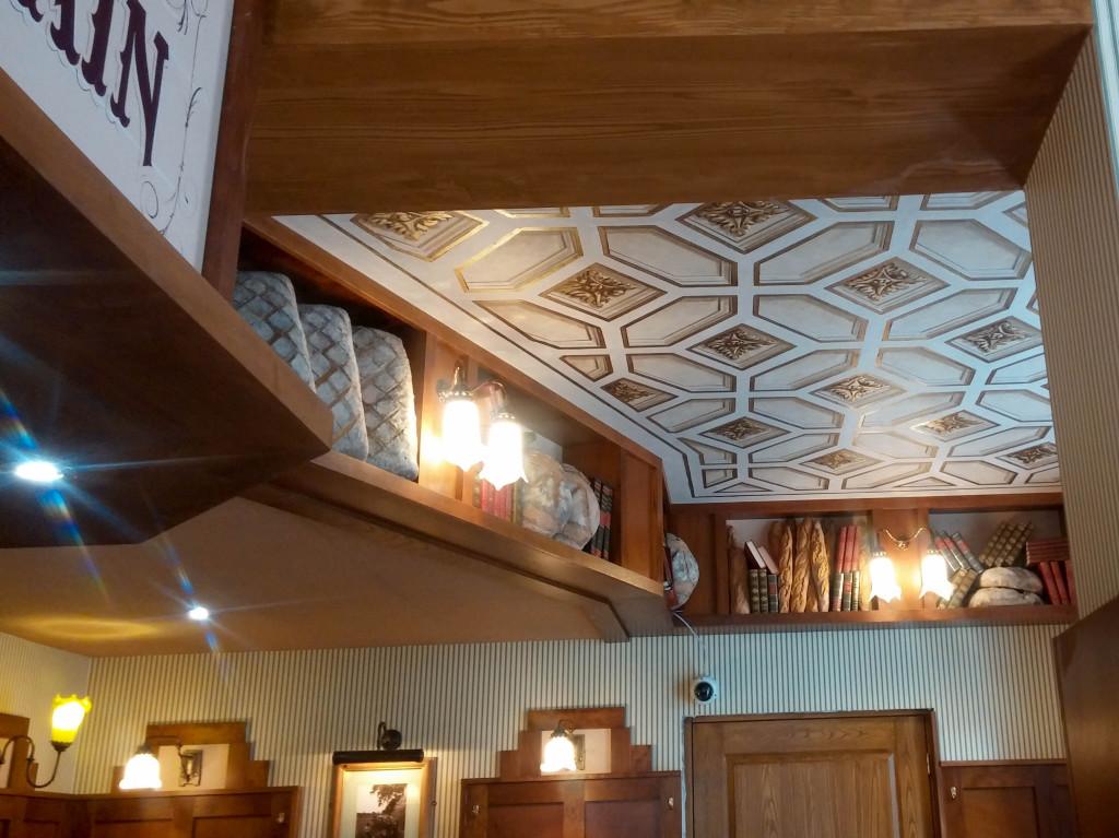 Vous noterez les pains en plastique disposés au plafond... Du grand art.