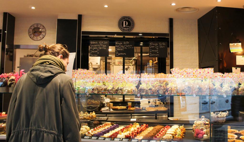 La vitrine pâtisserie et le fournil visible en fond de boutique