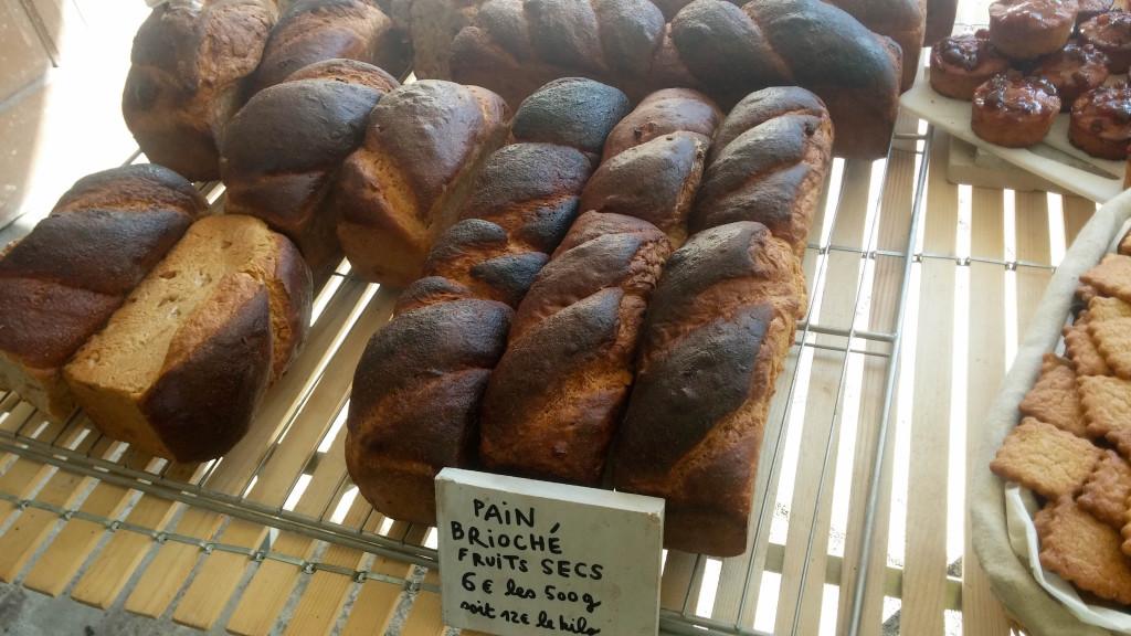 Les pains briochés sont bien cuits, mais restent moelleux. Ils possèdent une identité bien particulière.