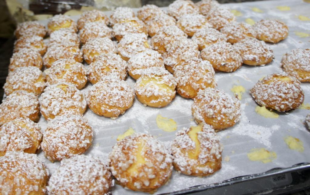 Des chouquettes garnies de crème pâtissière vanille. Un produit simple et très gourmand.