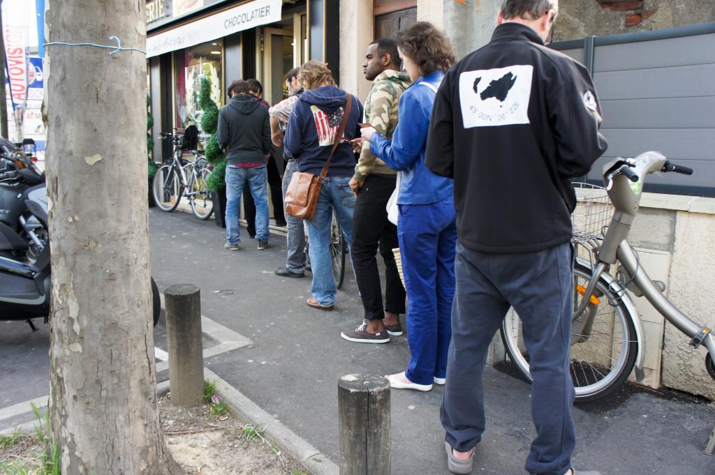 Chaque week-end, la file d'attente se déroule sur la rue.