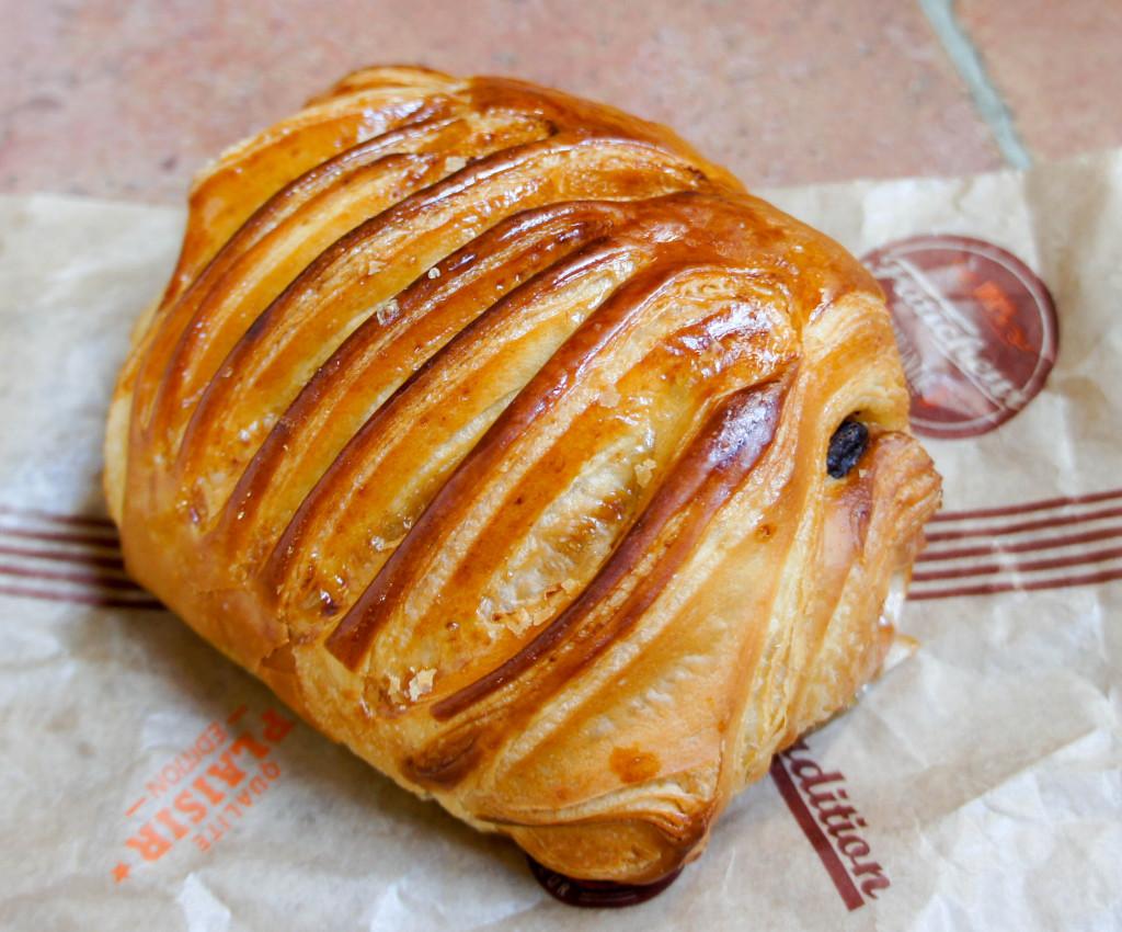 """Le """"Carambar"""", comme un pain au chocolat, avec des éclats de nougatine... et une superbe scarification."""