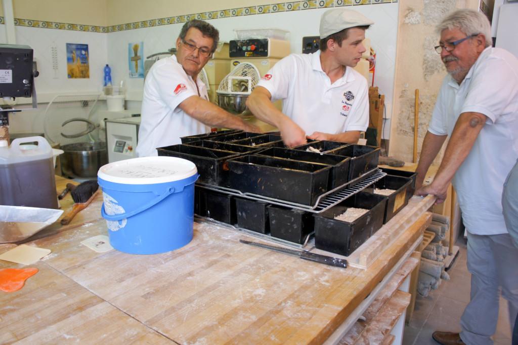 """On s'active au sein du fournil de démonstration. Ici, Thibaud prépare des pains """"nouveau-né""""."""