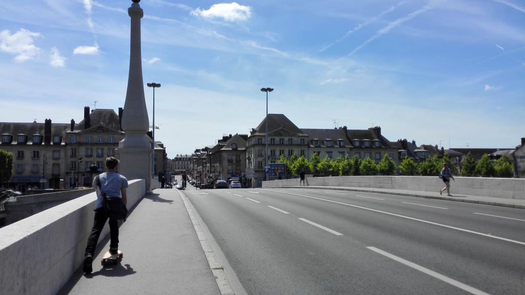 Sur le pont qui relie la gare à Compiègne. La boulangerie Méline est juste un peu plus loin.