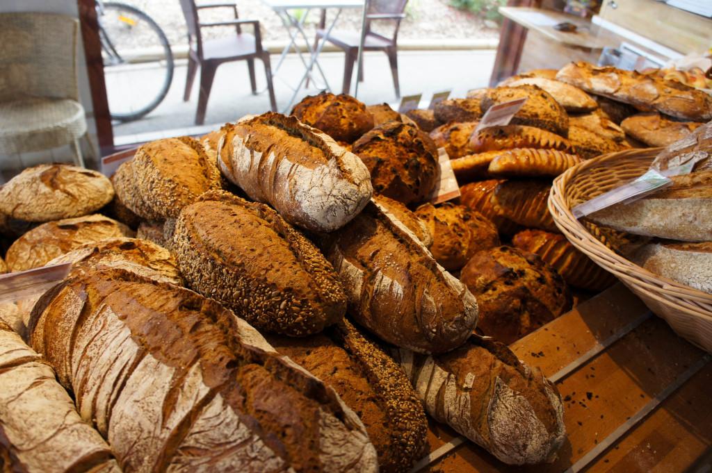 """Le pain est présenté """"à plat"""", à la hauteur du client."""