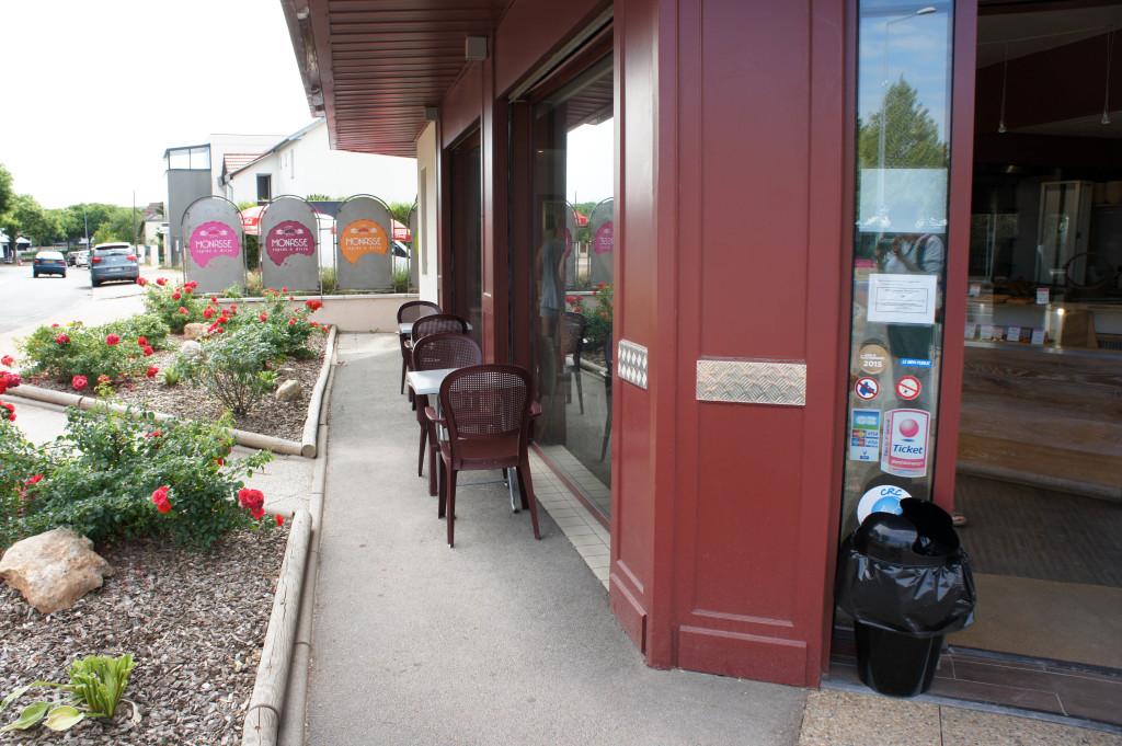 Quelques tables sont disposées à l'extérieur pour déguster les produits.