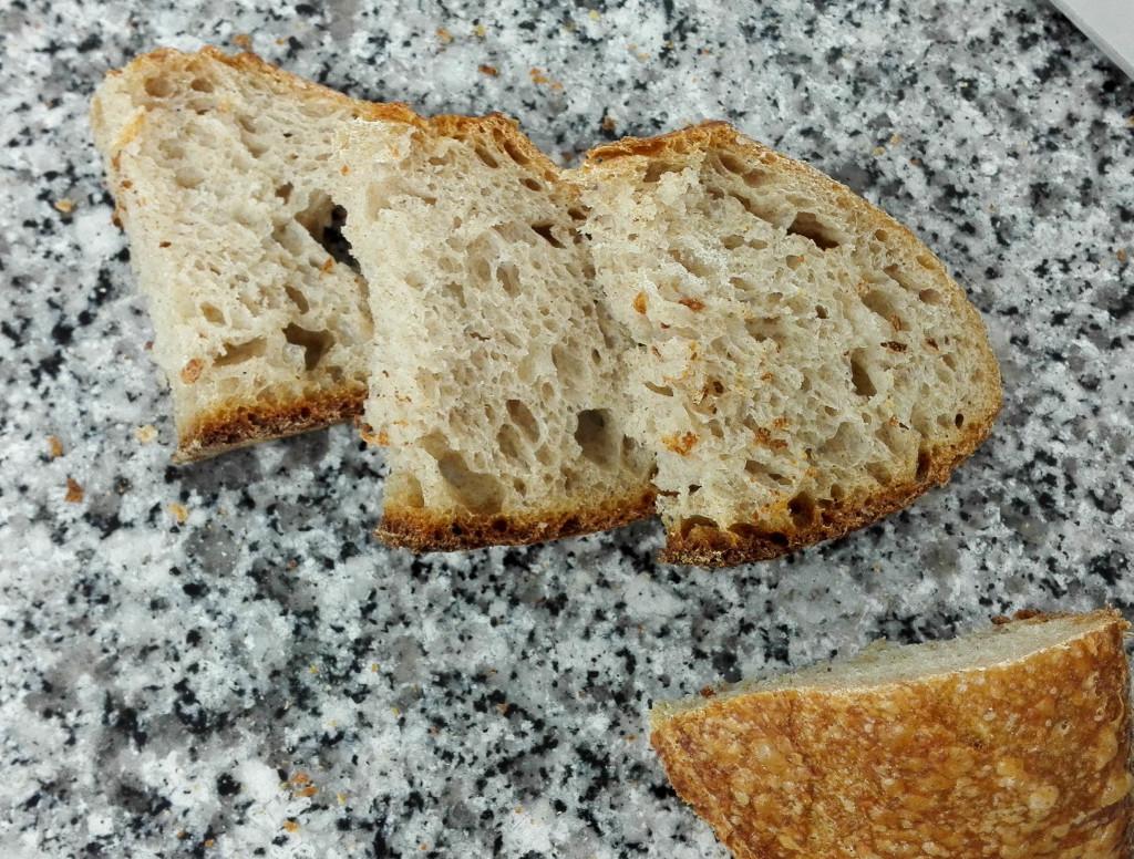 Le pain au levain, future signature du lieu. Réalisé à partir de farine de Meule, d'une pointe de seigle et de levain naturel, il exprime une agréable note acidulée en fin de bouche.