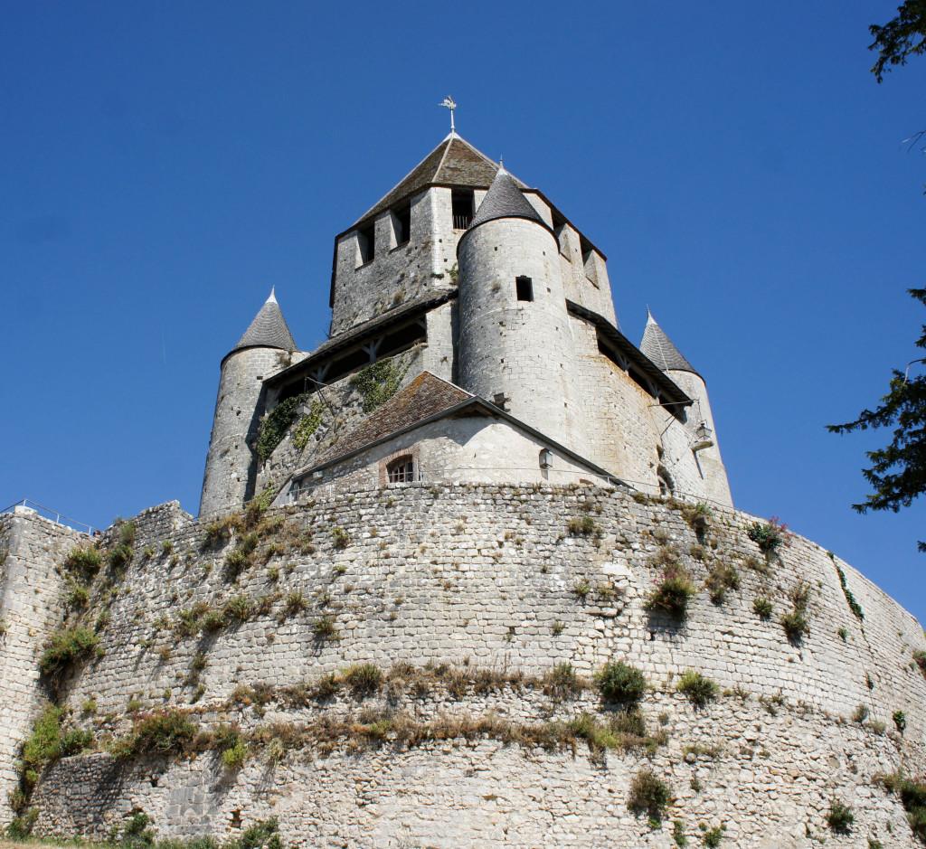 La fameuse Tour César veille en haut de la cité sur l'aventure de nos deux artisans.