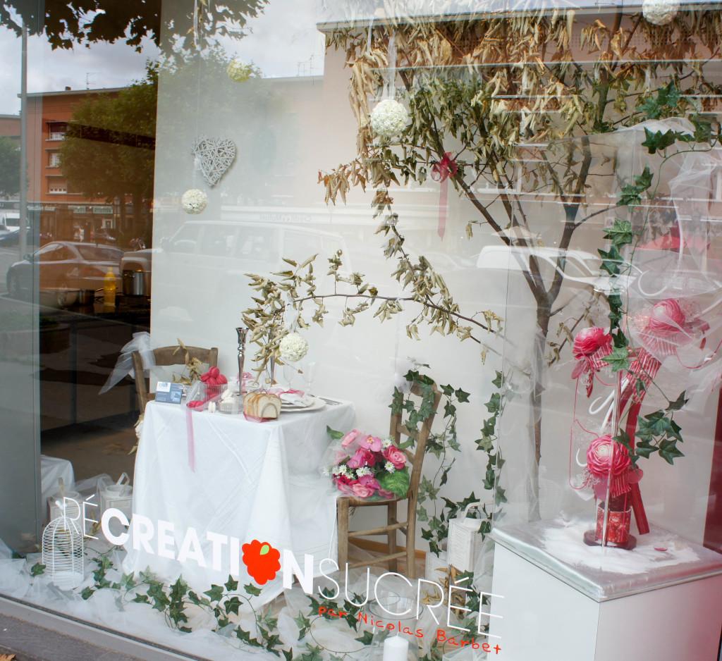 En vitrine, les créations de Nicolas Barbet se succèdent au fil des saisons : de la pièce chocolatée de pâques aux décors en sucre tiré, l'artisan ne manque pas d'idées pour faire vivre son établissement.