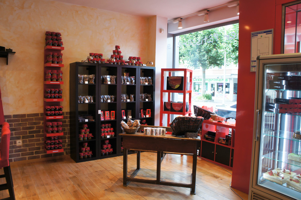 Les étagères et tables ne manquent pas de gourmandises : chocolats, guimauves, ...
