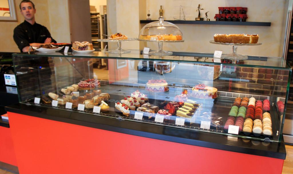 La vitrine pâtisserie et ses douceurs de saison : tartes aux fruits, entremets variés... sans compter l'excellent flan ou la tarte normande.