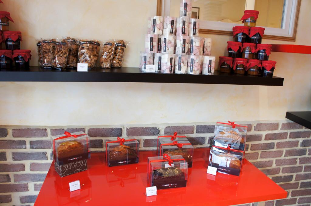 Les cakes -vanille, chocolat, orange-noisette- incitent au voyage... à moins que l'on ne se laisse tenter par une confiture maison, une guimauve ou un croquant...