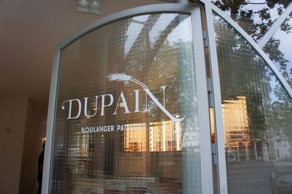 Derrière la porte en verre... Dupain.