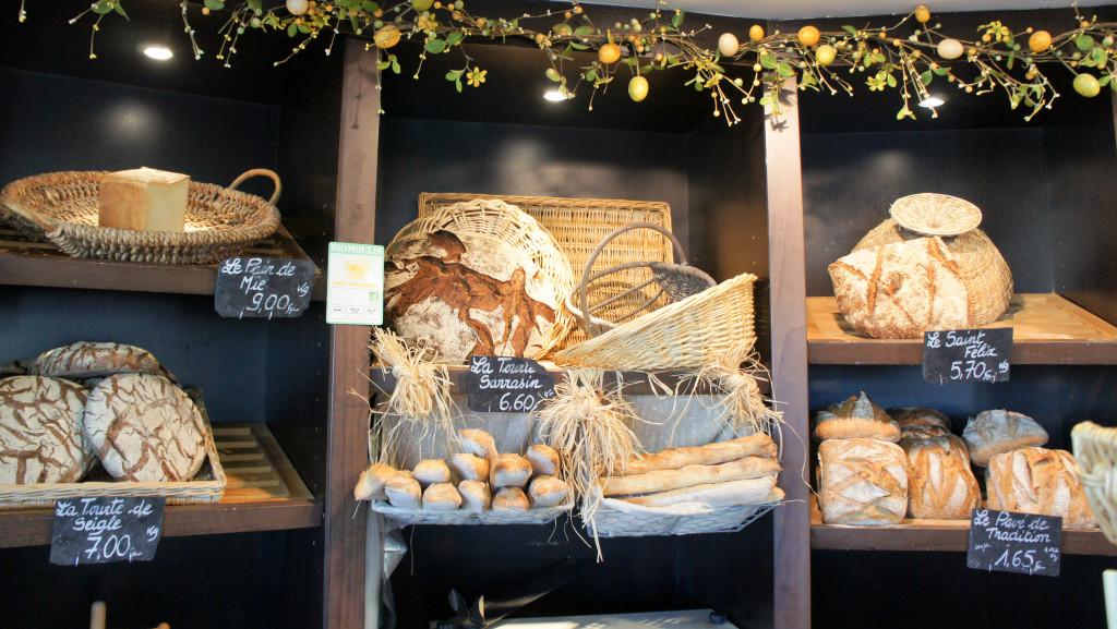 Le mur à pains. La tourte au Sarrasin exprime bien le goût de la céréale, grâce à l'incorporation de farine de sarrasin toastée.