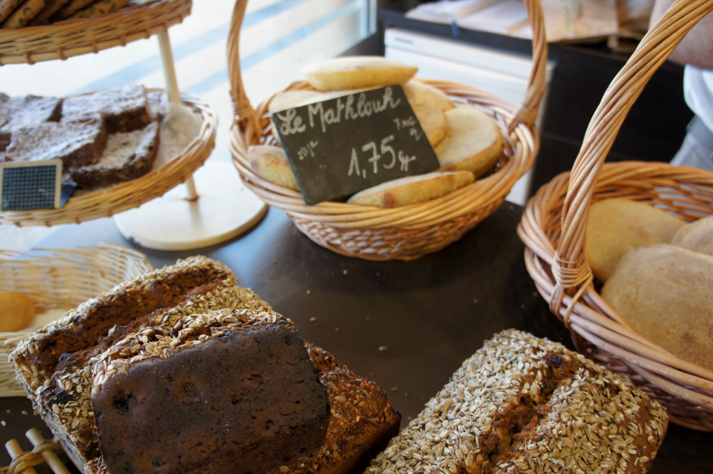 Le Matlouh est un pain plat, à la mie jaune et moelleuse. Il se révèle être un compagnon idéal des plats en sauce.