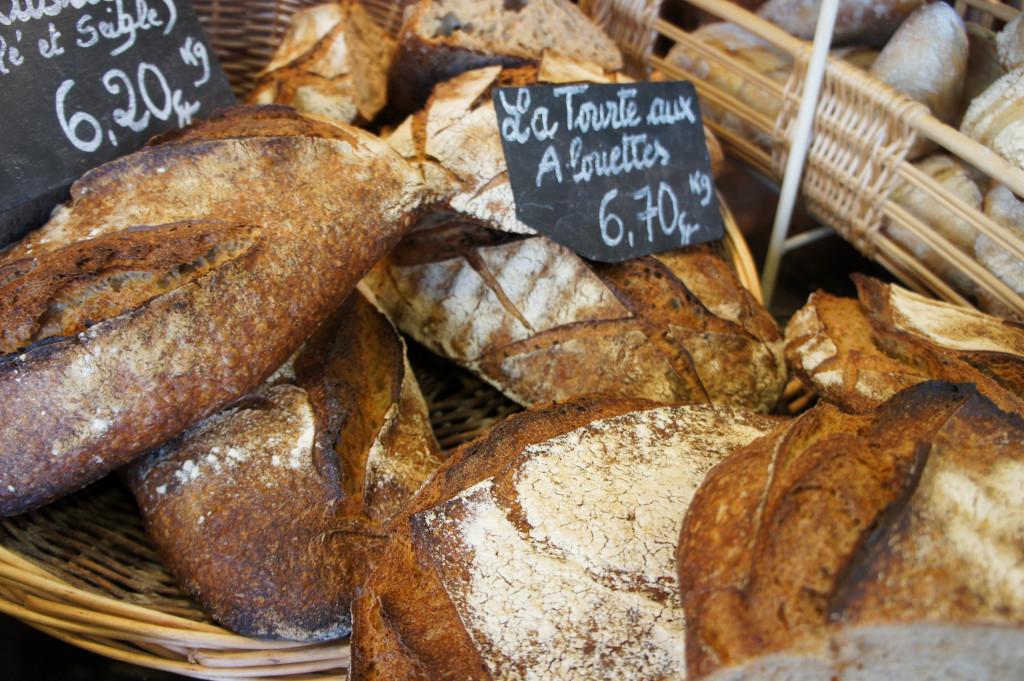Chez Pains, Beurre et Chocolat, le levain naturel est bien maîtrisé et se retrouve dans la plupart des pains, à l'image de la Tourte de Grand Chemin, qui ne contient pas de levure.