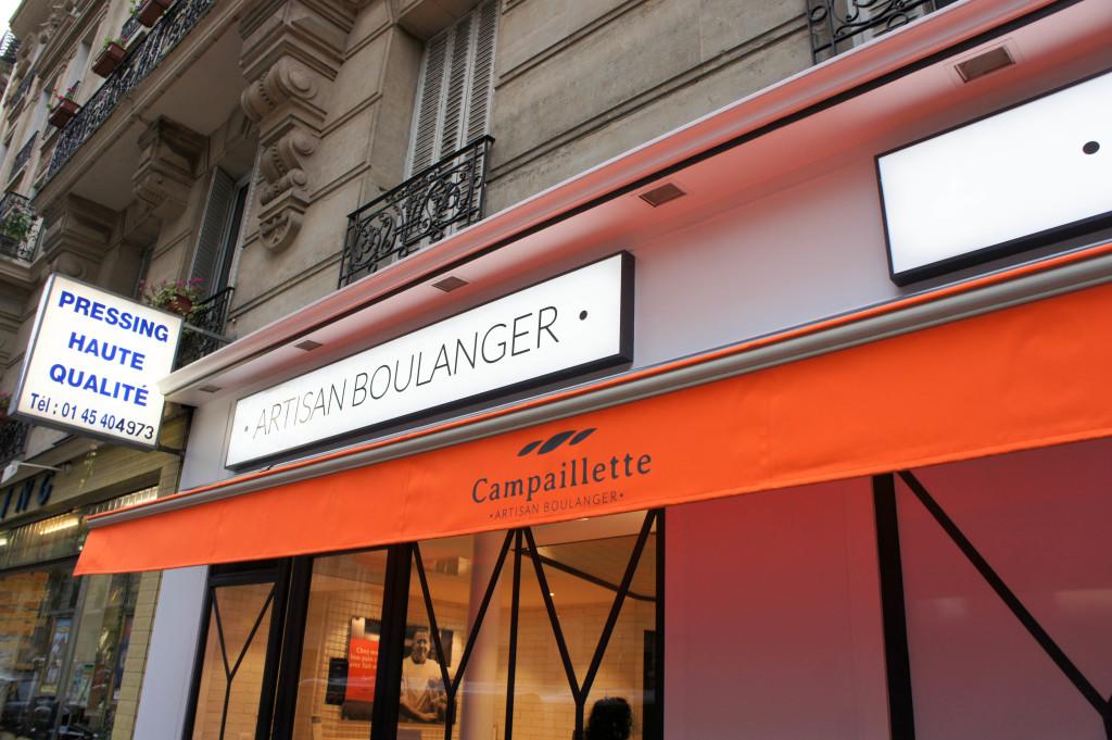 Difficile de passer à côté des stores orange vif.