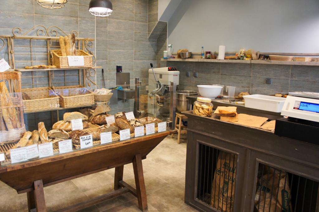 Pétrins, bacs, sacs de farine, ingrédients variés... participent au décor.
