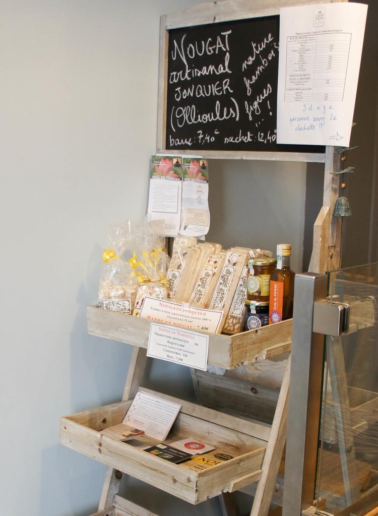 Le présentoir d'épicerie propose quelques produits locaux et sélectionnés.