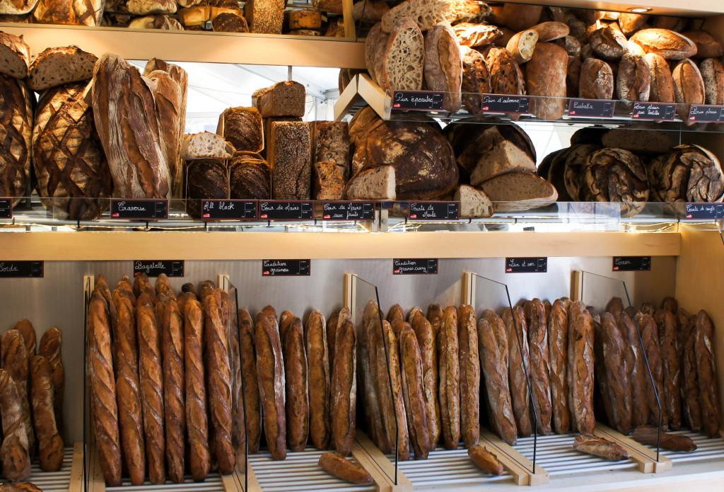 Le mur à pains généreusement garni de la boutique éphémère.