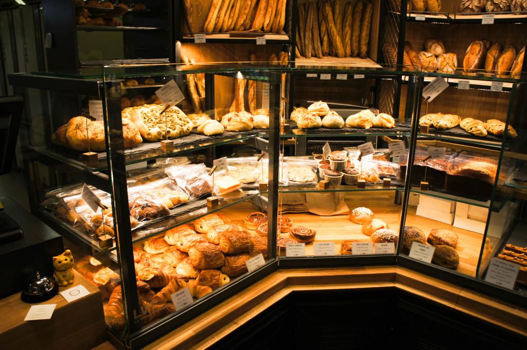 Le choix ne manque pas en viennoiseries et gourmandises : cakes, financiers, cookies, madeleines, roulés feuilletés, ... sans oublier des classiques très bien réalisés, à l'image du croissant.