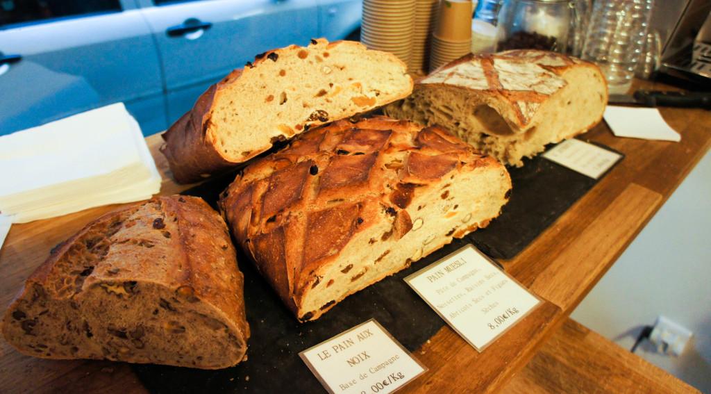 Les pains à la coupe sont mis à l'honneur avec notamment le pain signature, l'Authentic. Réalisé à partir d'un mélange de farines, il séduit par son moelleux et sa légère acidité. Les plus gourmands choisiront le pain Muesli, riche en fruits secs, ou aux noix. Le week-end, ils sont rejoints par des créations aromatiques, au thé vert et riz soufflé ou au charbon végétal et sésame torréfié.