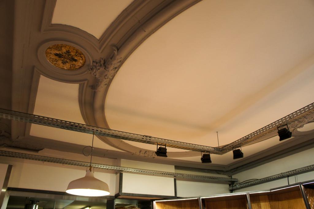 Le plafond, rénové par les deux associés, rappelle que cette boulangerie a une histoire.