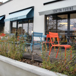 Pour les beaux jours, la terrasse et ses chaises colorées ne manquera pas de séduire les gourmands.