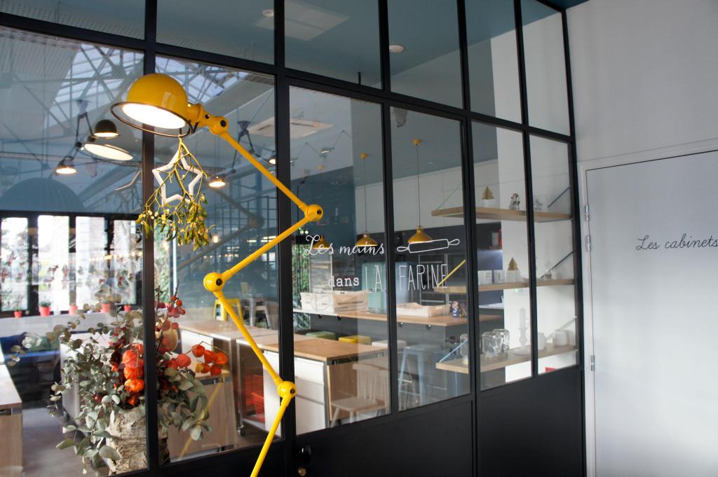 Derrière la baie vitrée, l'espace atelier. Une belle salle où les plans de travail pourront permettre à chacun de mettre les mains dans la farine.