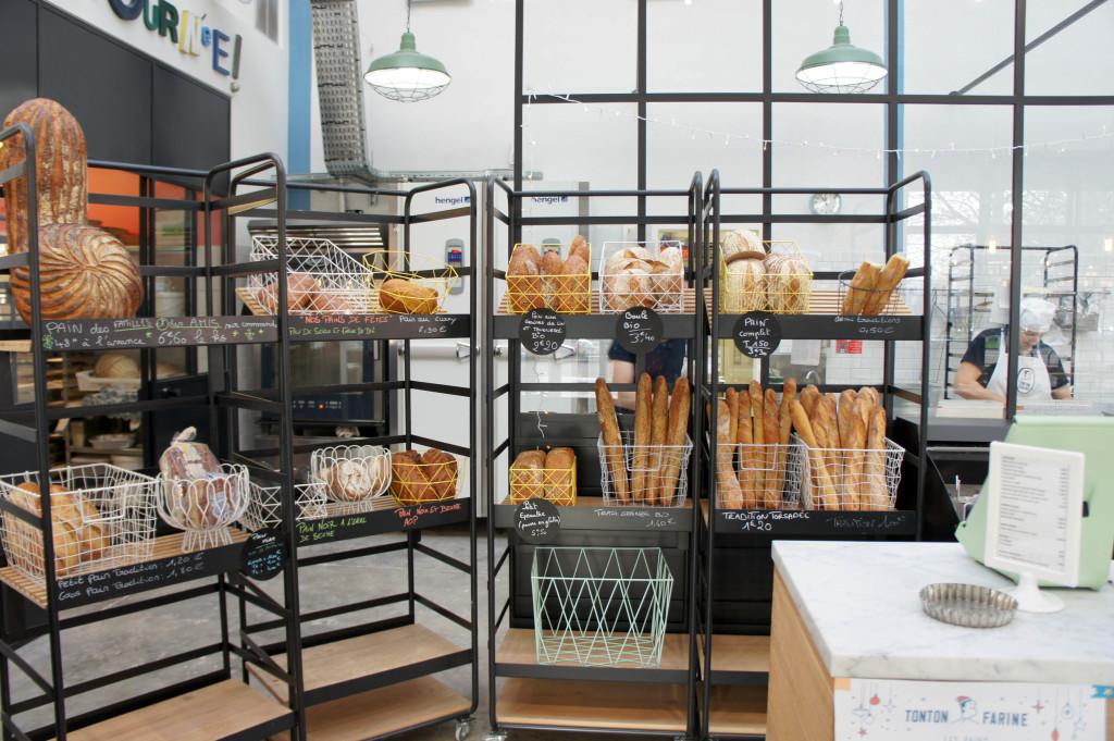 Ici, pas de mur à pains traditionnels, mais des présentoirs ouverts.