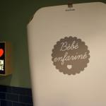 Les détails souriants se retrouvent y compris... dans les toilettes ! Le change bébé a été personnalisé.