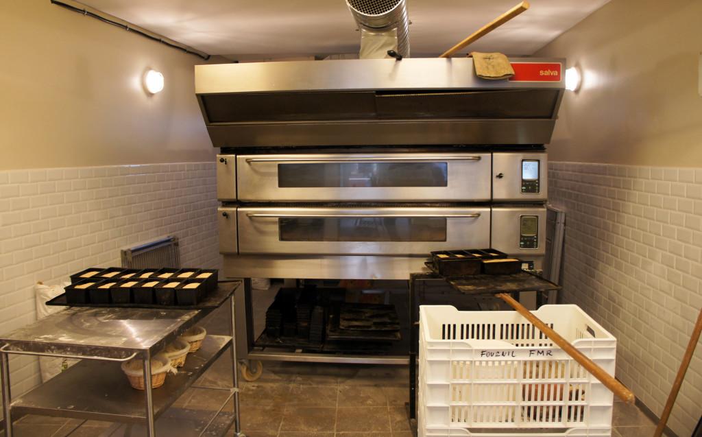 Le four utilisé est initialement destiné à un usage de pâtisserie. Des appareils de buée ont été ajoutés. L'enfournement reste entièrement manuel.