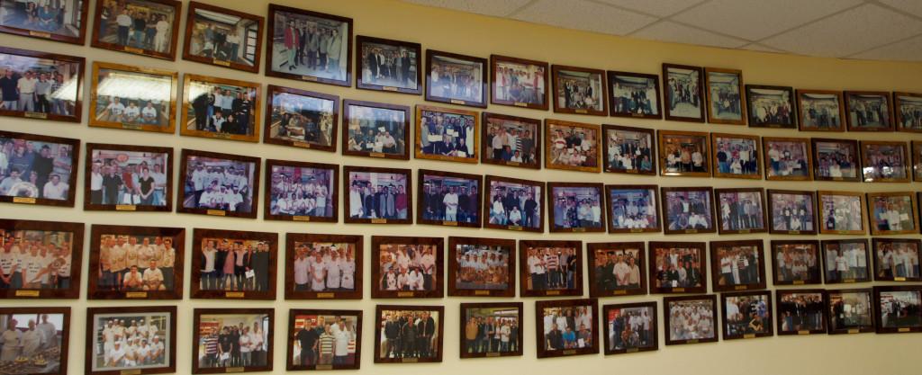 Ils sont venus, ils ont vu... Sur un large mur, on peut dérouler l'historique des sessions de l'école Banette avec des photos de famille.